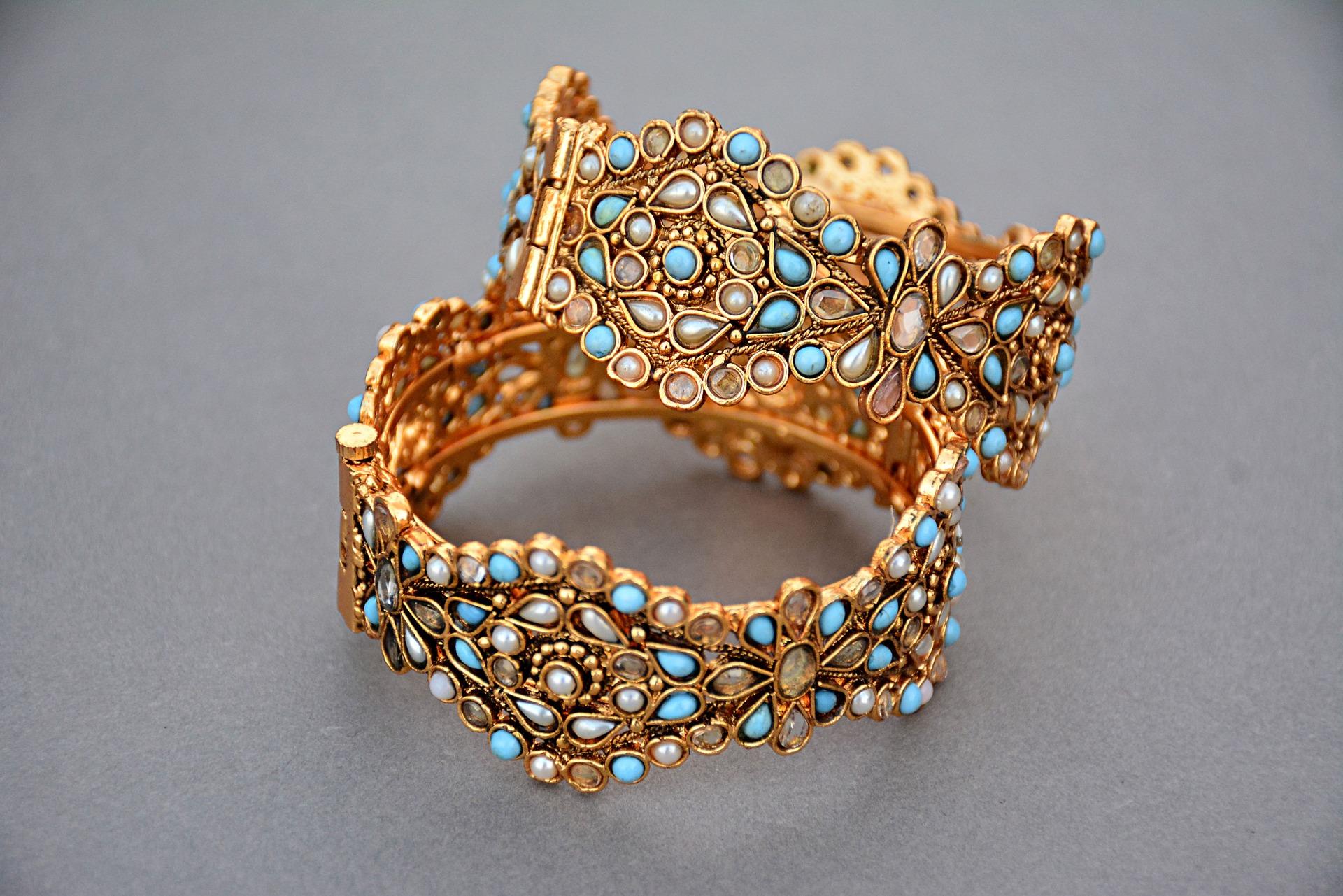 Gold Jewellery / Pixabay - Handicraft has golden soil